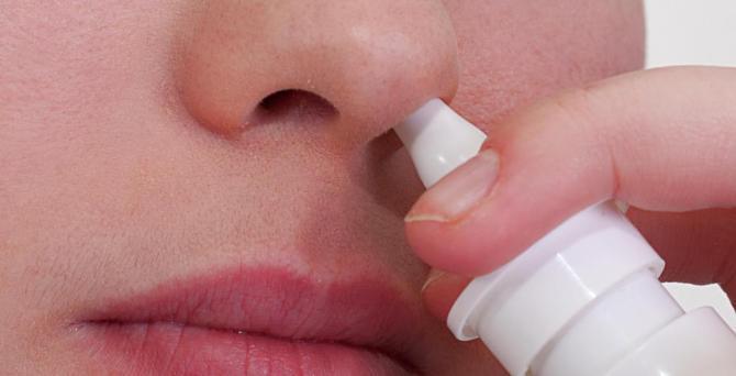 пользуются сосудосуживающими каплями в нос